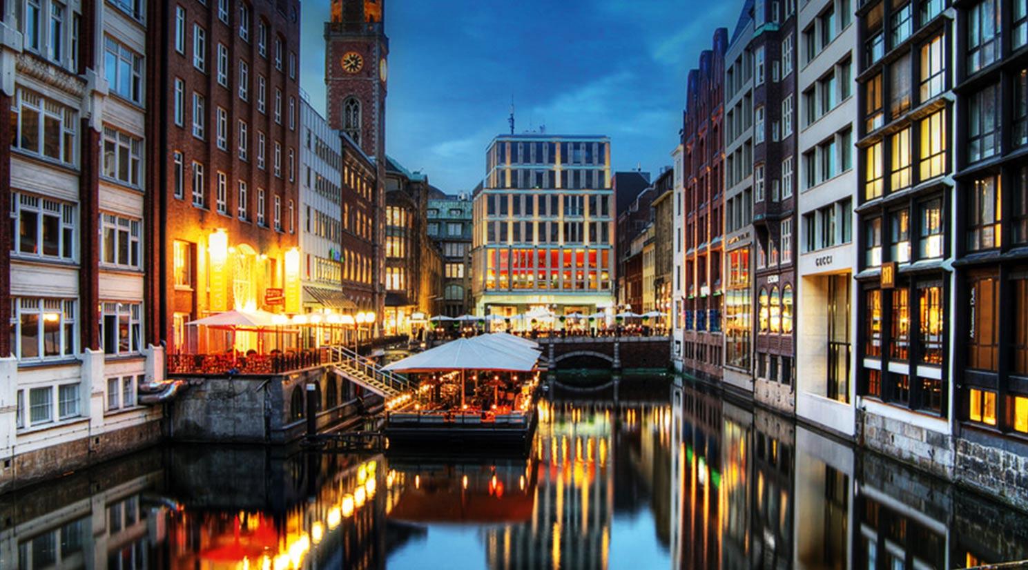 GALLERIA Ponton der GALLERIA Passage Hamburg Aussenansicht nachts.