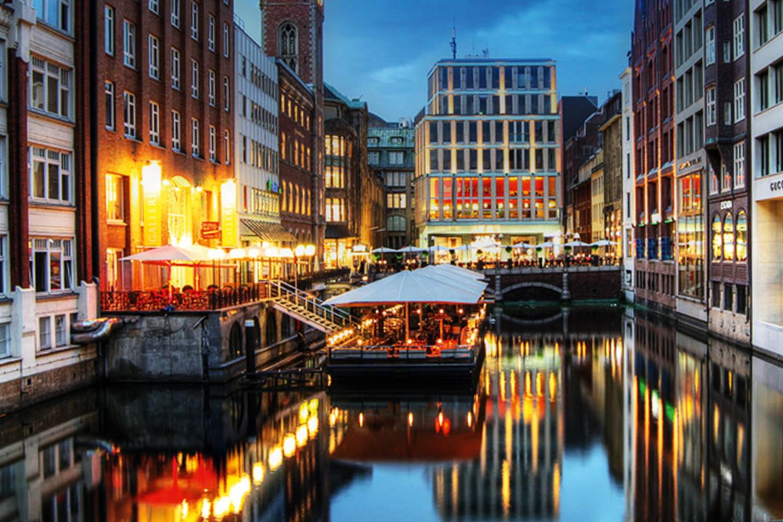 Ponton der GALLERIA Passage Hamburg Aussenansicht nachts.