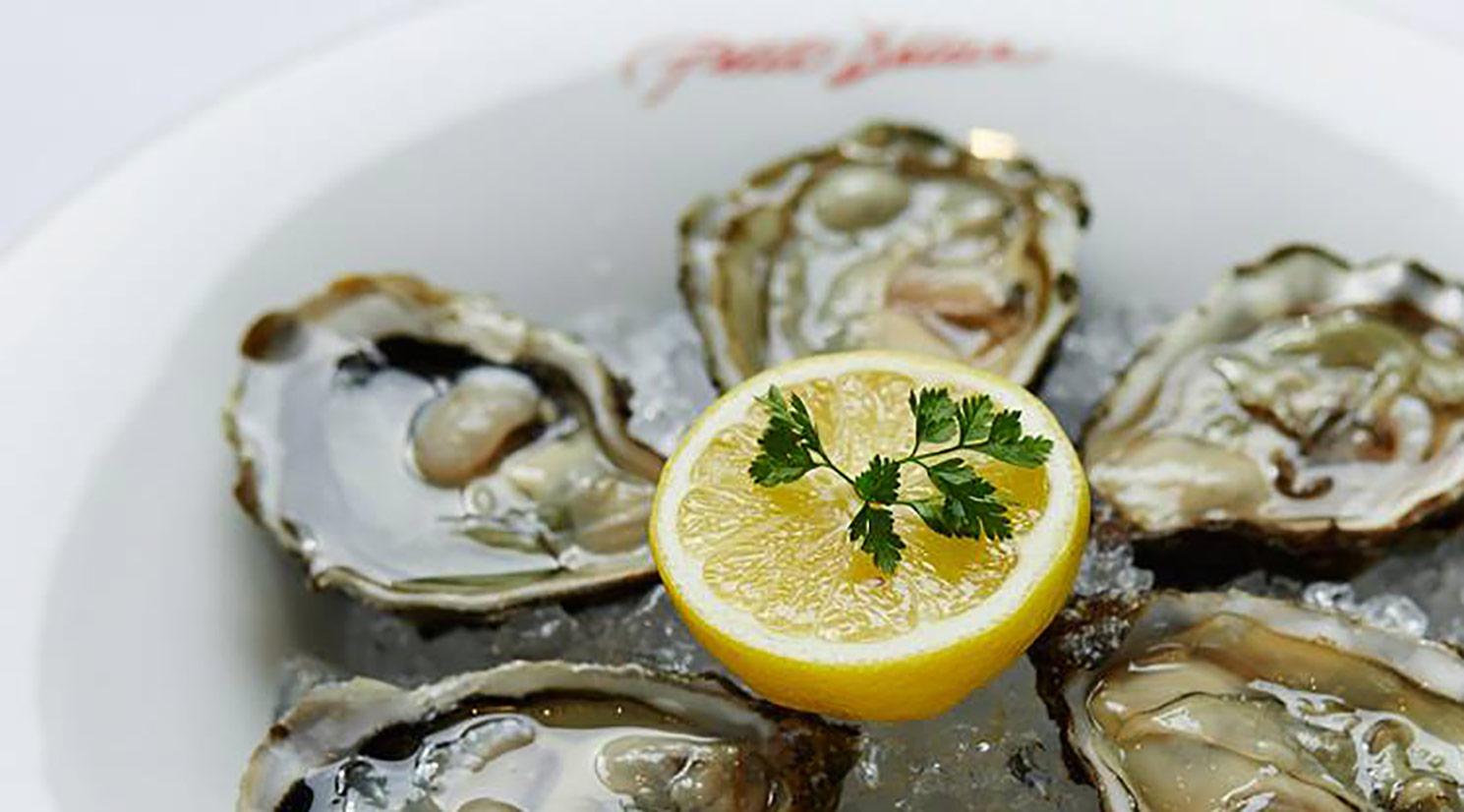 Petit Delice in der GALLERIA Passage Hamburg Gastronomie Alexander Iwer Austern.